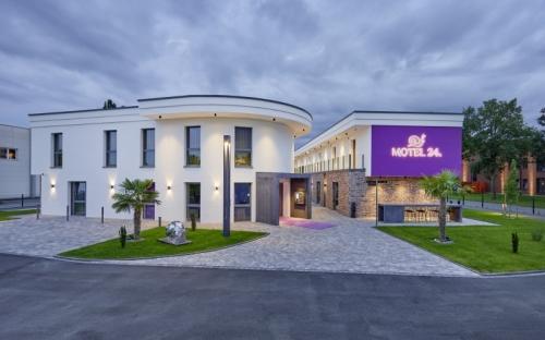 Das elegante Erscheinungsbild des Motels 24 in Rietberg lässt auf Luxus und Behaglichkeit im Innenbereich schließen. Die Fassadenflächen erhielten einen Anstrich mit Miropan Universal. Dank verbesserter Rezeptur ist das Produkt nun mit Silicon-Hybrid-Technologie in der Farbbeständigkeitsklasse A erhältlich.