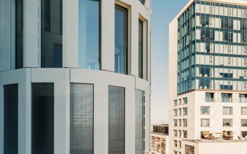 Ästhetisch voll und ganz überzeugende Lösung: In Berlin wurden am Hochhaus Upper West 1650 s_enn-Anlagen in die Elementfassade integriert.