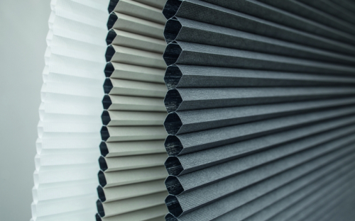 Duette Wabenplissees von MHZ stehen für eine wohnliche Atmosphäre sowie eine spürbar positive Wirkung auf den Energiebedarf. Und: Alle Tageslicht-Qualitäten tragen das Cradle-to-Cradle-Zertifikat.