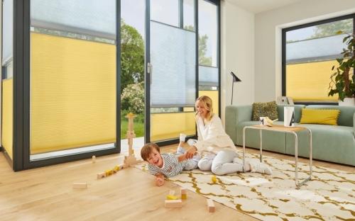In den Trendfarben Ultimate Gray und Illuminating Gelb erzielt  Duette Wabenplissee einen positiven Look mit viel Wohlgefühl.