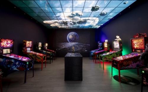 Im dunklen Gaming-Room ziehen die geheimnisvoll beleuchteten Flipperautomaten alle Blicke auf sich. Wer möchte da nicht sofort an den Start gehen?