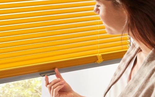 Mit der Lamelleneinstellung an der oberen und auch unteren Bedienschiene bringt  die Invidia Jalousie großen Komfort. Frei verschiebbar von oben und unten bietet sie in einem modernen Look optimalen Licht-, Sicht- und Sonnenschutz.