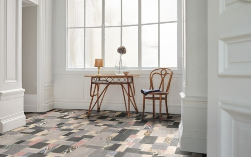 """Der neue Laminatboden """"Hygge Iconics"""" bringt mit der Kombination aus traditionellen mineralischen Baustoffen und Fliesen in unterschiedlichen Formaten die skandinavische Lebensart auf den Boden."""