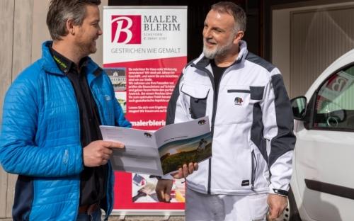 Firmenchef Blerim Cakiqi (rechts) weiß seit vielen Jahren die Beratung  von Caparol-Außendienst-Mitarbeiter Nico Schütze zu schätzen.
