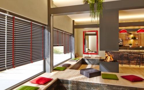 Die 50 mm breiten Lamellen setzen einen modischen Akzent am Fenster. Besonders attraktiv sind die farblich abgestimmten Leiterbänder.