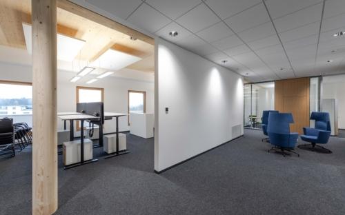 Hier lässt es sich gut arbeiten: Holzelemente spielen im Hipp-Bürohaus eine tragende Rolle. Bei der Planung des neuen fünfgeschossigen  Bürogebäudes setzte der Babynahrungshersteller ganz auf ein intelligentes ökologisches Energiekonzept und nachhaltige Baumaterialien.