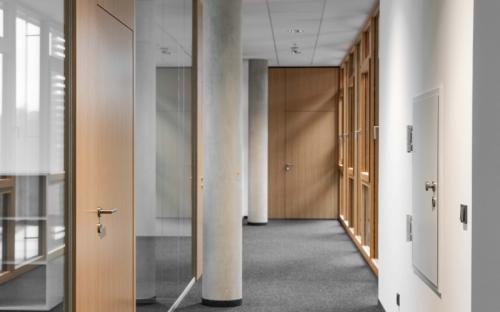 Alle Wände sind mit weißer CapaGeo Innenfarbe gestrichen. Bei diesem Produkt wurden Erdöl und Erdgas durch nachwachsende Rohstoffe ersetzt.