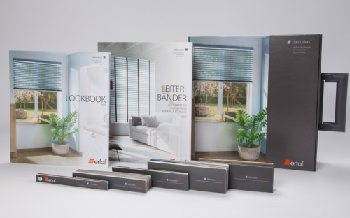 """Verkaufsmappe mit den Jalousie-Einzelkomponenten: Das """"Lookbook"""" zeigt charakteristische Anwendungsbeispiele der einzelnen Modelle."""