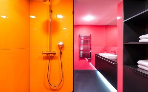 Das Badezimmer: Ein Fuchsia-Ton mit minimalem Blauanteil (Caparol Icons NO 45 Untitled Pink) trifft hier auf einen Curry-Ton (Caparol Icons NO 110 Poona).