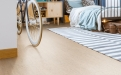Amorim Wise cork Traces Jasmin: Die Designbeläge Amorim Wise bieten genau die richtige Balance zwischen technischen Eigenschaften, Nachhaltigkeit, Komfort und Design.
