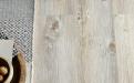 Der Designboden Aqua Komfort Eiche Sepia schützt vor Nässe und Feuchtigkeit. Zwei Schichten Vinyl und ein cleveres Verbindungssystem verhindern das Eindringen von Flüssigkeiten, ein Kern aus Kork sorgt für Komfort.
