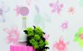 Blooming bietet eine neue Interpretation von Blumen, der Natur und ländlichen Ausblicken. Die digitale Übersetzung spielt mit Pixeln, Vergrößerungen,  Verkleinerungen und Überlagerungen. Passend dazu ist eine neue Uni-Kollektion erhältlich, die in extravaganten Farben hochwertige Gestaltungen ermöglicht.