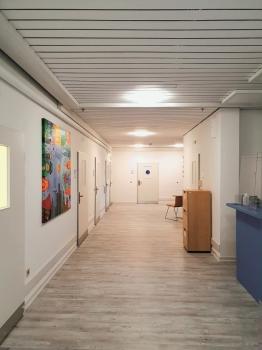 Realisiert mit Lucite MultiResist Pro: Die Flure im evangelischen Krankenhaus Alsterdorf in Hamburg erstrahlen in der edelmatten Farbe und sind resistent gegenüber dem Coronavirus.