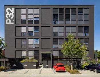 Saniertes Wohngebäude von 1973: Der Hellbezugswert von 5 der Deckbeschichtung ließ sich in Verbindung mit dem Wärmedämm-Verbundsystem Capatect Comfort Carbon problemlos umsetzen. (Foto: Caparol Farben Lacke Bautenschutz/Martin Duckek)