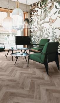 Sieht aus wie ein Bodenbelag aus Holz, bietet aber die Verlege- und Praxisvorteile von heterogenem Vinyl: Tempo von IVC verbindet Wohnlichkeit mit Funktion.
