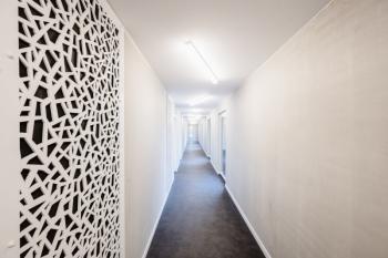 Neue, moderne Apartments, zugeschnitten auf die Bedürfnisse des Personals, bilden das neue Staff Resort im Kleinwalsertal. Zum Einsatz kam der Design-Bodenbelag Altro Ensemble / M 500 im Farbton Beton mittel.