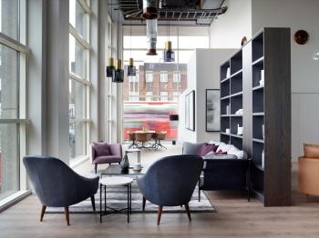 Das Leon House in London: Das 22-stöckige ehemalige Bürogebäude wurde in eine luxuriöse Wohnanlage umge-wandelt. Zum Einsatz kamen der Designboden Modular One sowie klassisches Eichen-Parkett, beides von Parador.