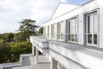 Große Fensterflächen sorgen im Inneren der Villa im Bergischen Land für viel natürliches Licht.  Von der Terrasse im zweiten Stock ist der Blick am schönsten und reicht bei gutem Wetter bis nach Köln.